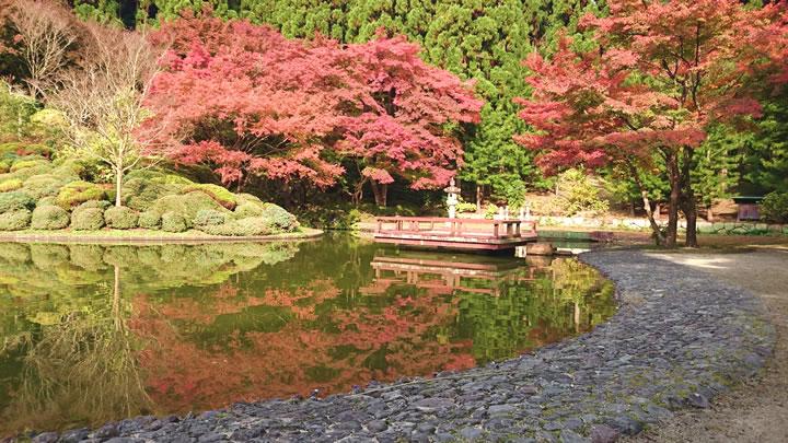 バン字池と紅葉